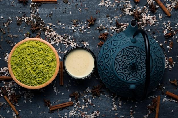 Bovenaanzicht theepot en cup met thee op tafel