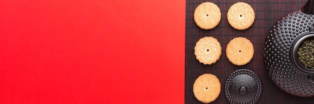 Bovenaanzicht theepot en koekjes met kopie ruimte