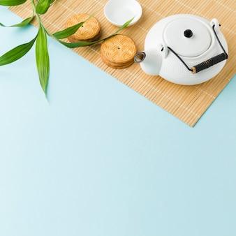 Bovenaanzicht theepot met zelfgemaakte koekjes op tafel