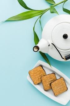 Bovenaanzicht theepot met zelfgemaakte koekjes