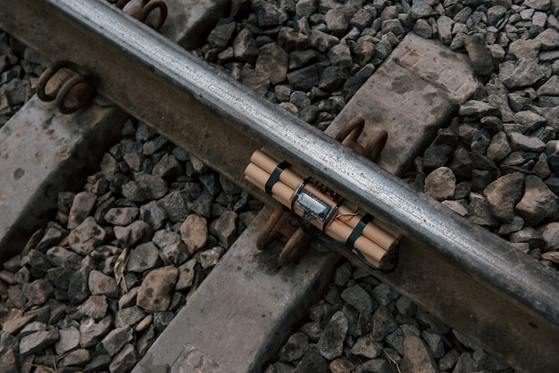 Bovenaanzicht. tijdbom op het spoor overdag buitenshuis. conceptie van terrorisme en gevaar