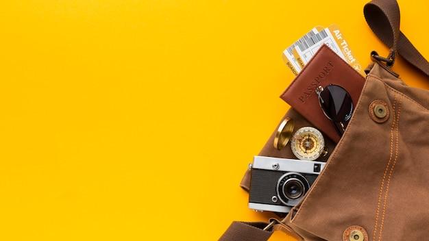 Bovenaanzicht toeristische items in tas
