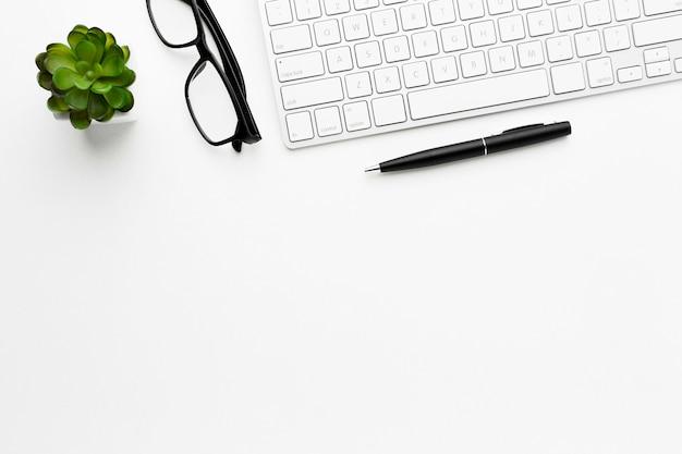 Bovenaanzicht toetsenbord en glazen arrangement