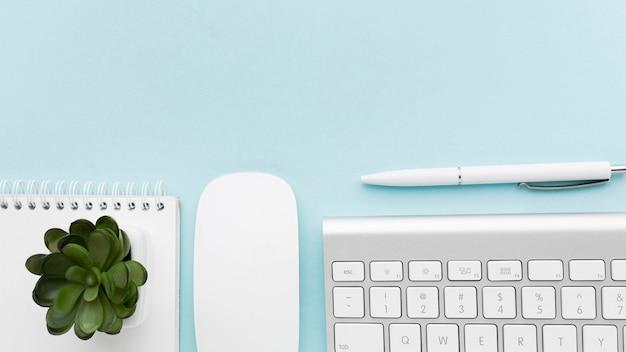 Bovenaanzicht toetsenbord en planten arrangement