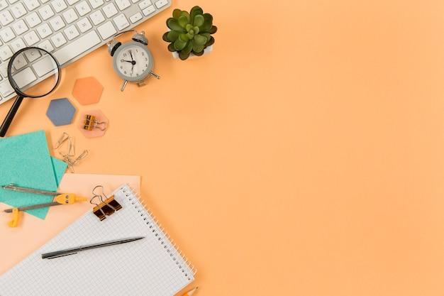 Bovenaanzicht toetsenbord op tafel met kopie ruimte