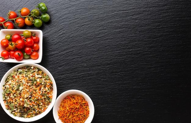 Bovenaanzicht tomaten en kruiden specerijen