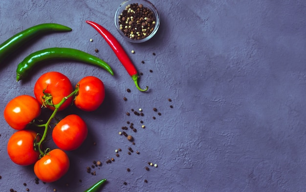 Bovenaanzicht tomaten en rode chili