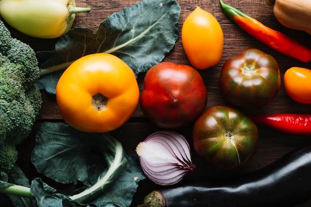 Bovenaanzicht tomaten en roodgloeiende chili pepers