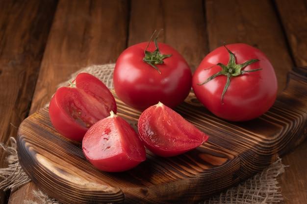 Bovenaanzicht tomaten op een houten bord