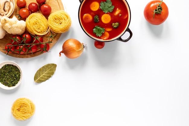Bovenaanzicht tomatensoep en pasta
