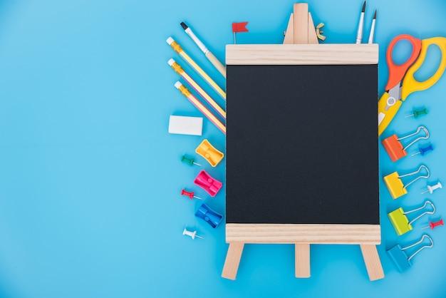Bovenaanzicht tool set voor onderwijs kinderen op blauw