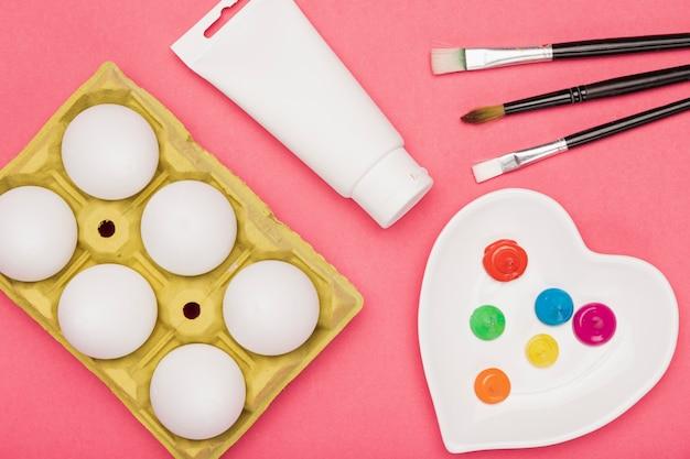 Bovenaanzicht tools voorbereid voor het schilderen van eieren