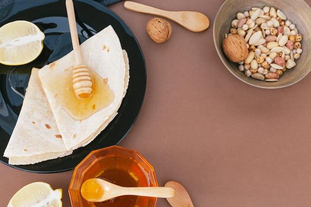 Bovenaanzicht tortilla's bedekt met honing