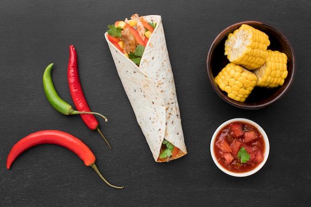 Bovenaanzicht tortilla wrap met chili
