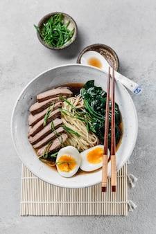 Bovenaanzicht traditioneel japans gerecht assortiment