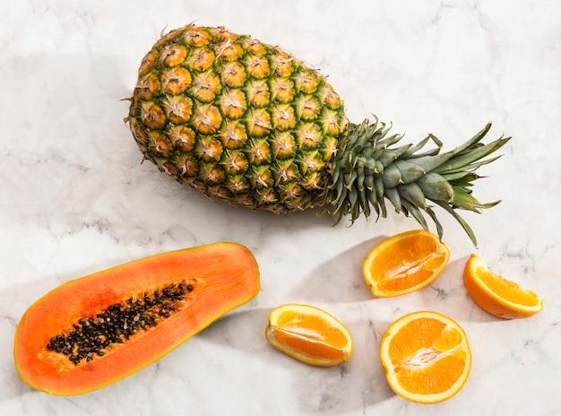 Bovenaanzicht tropisch fruit op marmeren oppervlak
