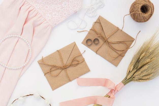 Bovenaanzicht trouwdag arrangement met bruine enveloppen