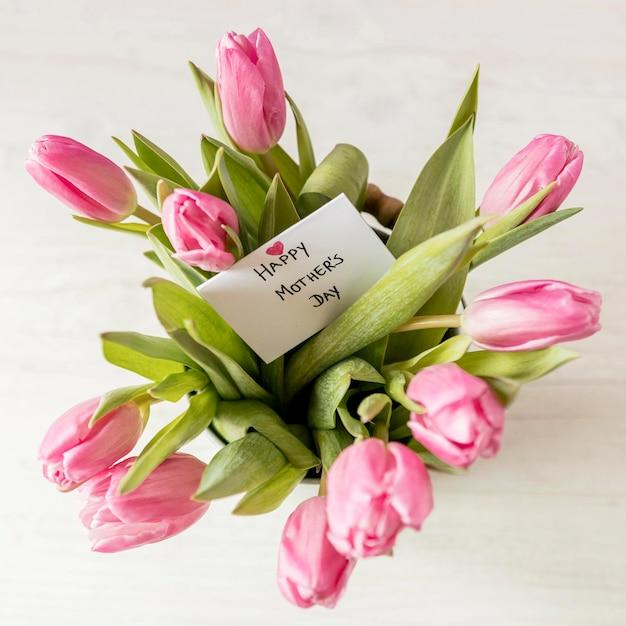 Bovenaanzicht tulpen arrangement met kaart