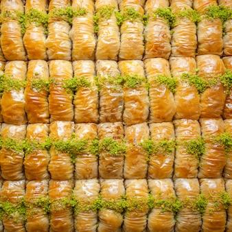 Bovenaanzicht turkse baklava patroon dessert gemaakt van dun gebak, noten en honing
