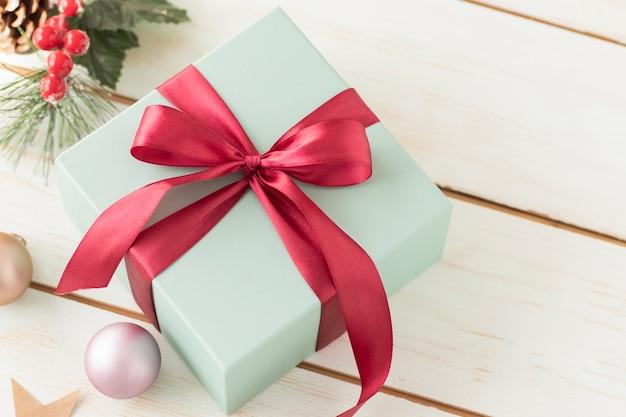 Bovenaanzicht twee geschenkdozen op een blauwe houten tafel in vintage stijl