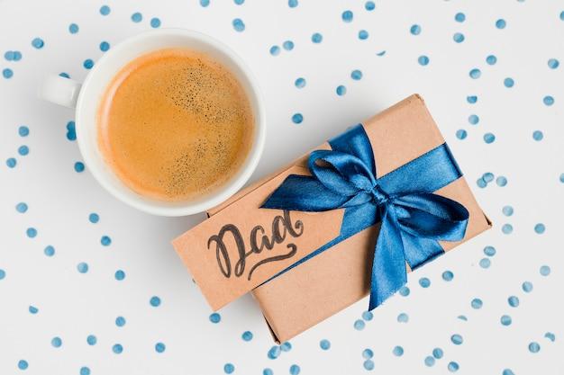 Bovenaanzicht vaderdag aanwezig met koffie