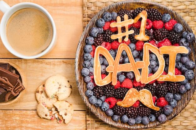 Bovenaanzicht vaderdag dessert met koffie