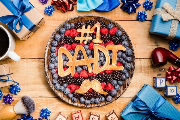 Bovenaanzicht vaderdag dessert op tafel