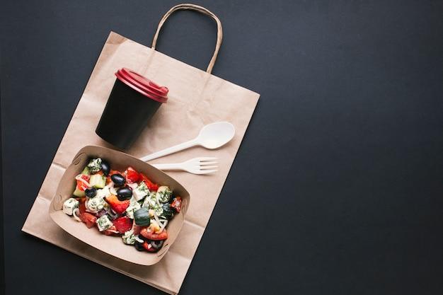Bovenaanzicht vak met salade en koffiekopje