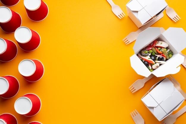 Bovenaanzicht vak met salade en kopie-ruimte