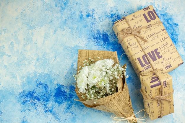 Bovenaanzicht vakantie geschenken bloemboeket op blauwe achtergrond kopie plaats