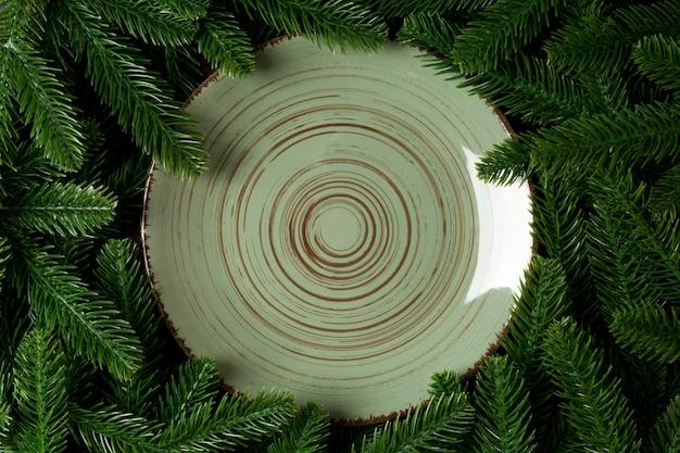 Bovenaanzicht vakantie plaat onder groene fir tree takken.