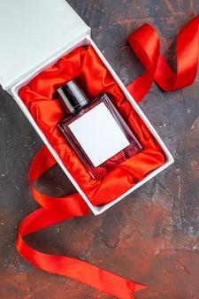 Bovenaanzicht valentijnsdag aanwezig geur op donkere oppervlakte geschenk parfum liefde gevoel kleur minnaar paar geluk vrouw