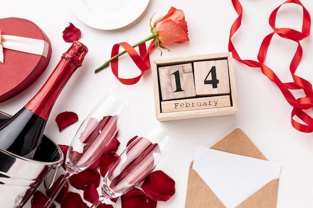 Bovenaanzicht valentijnsdag arrangement met champagne en glazen