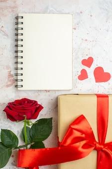 Bovenaanzicht valentijnsdag cadeau met rode roos op de lichte achtergrond liefde kleur minnaar huwelijk hart roos paar gevoel