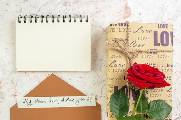 Bovenaanzicht valentijnsdag cadeau met rode roos op lichte achtergrond huwelijk gevoel passie paar liefde minnaar hart kleur opmerking