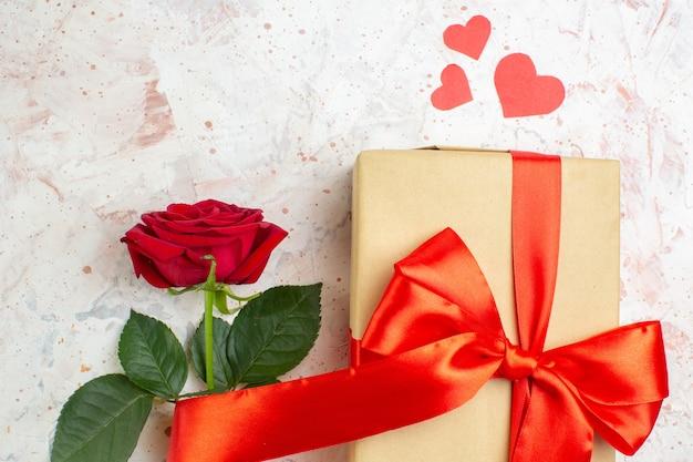 Bovenaanzicht valentijnsdag cadeau met rode roos op lichte achtergrond kleur minnaar huwelijk hart liefde roos paar gevoelens