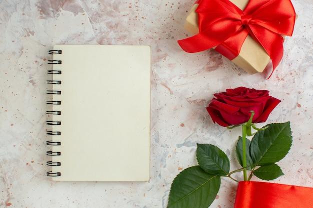 Bovenaanzicht valentijnsdag cadeau met rode roos op lichte achtergrond paar liefde huwelijk gevoel minnaar hart kleur