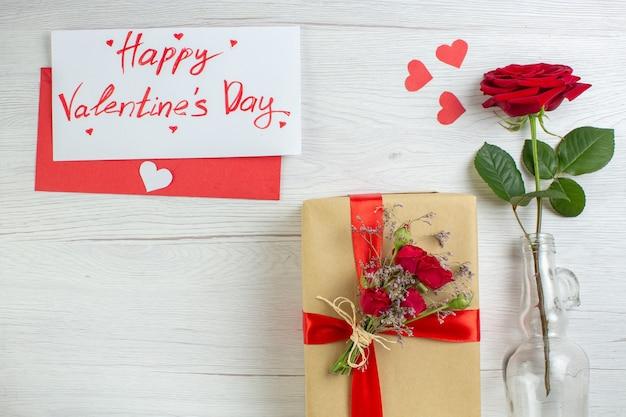 Bovenaanzicht valentijnsdag cadeau met rode roos op witte achtergrond passie gevoel paar huwelijk hart minnaar vakantie liefde