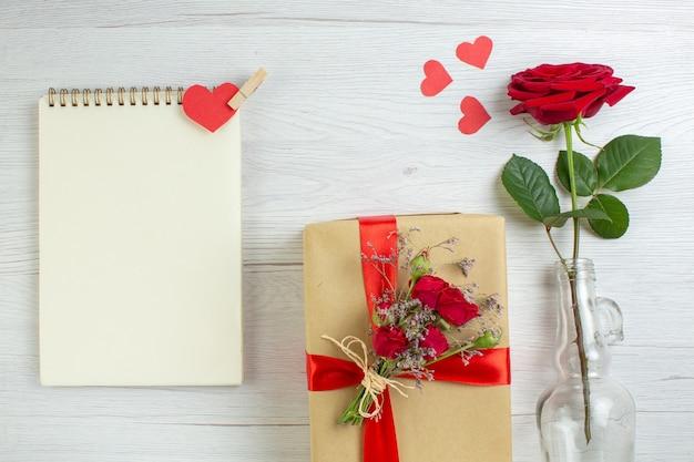 Bovenaanzicht valentijnsdag cadeau met rode roos op witte achtergrond vakantie paar huwelijk minnaar gevoel liefde passie hart