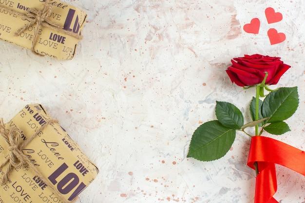 Bovenaanzicht valentijnsdag cadeau rode roos op de lichte achtergrond gevoel passie paar liefde huwelijk minnaar hart kleur