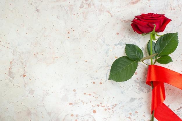 Bovenaanzicht valentijnsdag cadeau rode roos op de lichte achtergrond paar liefde huwelijk gevoel minnaar hart kleur