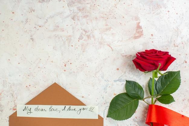 Bovenaanzicht valentijnsdag cadeau rode roos op lichte achtergrond gevoel passie paar liefde minnaar hart kleur