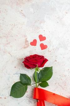 Bovenaanzicht valentijnsdag cadeau rode roos op lichte achtergrond paar liefde huwelijk minnaar hart kleur