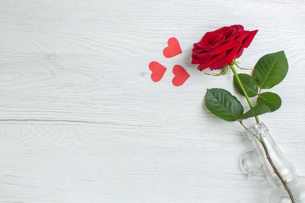 Bovenaanzicht valentijnsdag cadeau rode roos op witte achtergrond hart paar huwelijk minnaar gevoel liefde vakantie passie