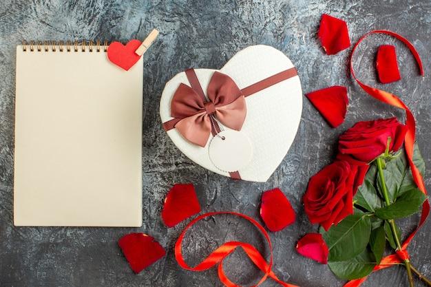 Bovenaanzicht valentijnsdag cadeau rode rozen licht grijze achtergrond paar huwelijk passie liefde vakantie gevoelens hart