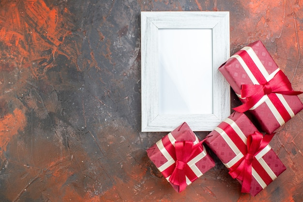 Bovenaanzicht valentijnsdag cadeautjes met fotolijst op donkere achtergrond ik hou van je foto kleur cadeau liefde gevoelens minnaar