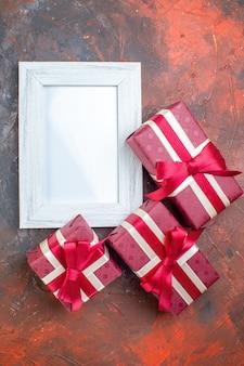 Bovenaanzicht valentijnsdag cadeautjes met fotolijst op donkere achtergrond ik hou van je foto kleur cadeau liefde minnaar