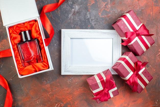 Bovenaanzicht valentijnsdag cadeautjes met fotolijst op donkere achtergrond ik hou van je foto minnaar kleur cadeau liefde gevoel