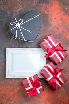 Bovenaanzicht valentijnsdag cadeautjes met fotolijst op donkere ondergrond ik hou van je foto minnaar kleur cadeau liefde