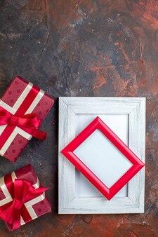Bovenaanzicht valentijnsdag cadeautjes met fotolijst op het donkere oppervlak foto cadeau cadeau kleur liefde gevoel ik hou van jou